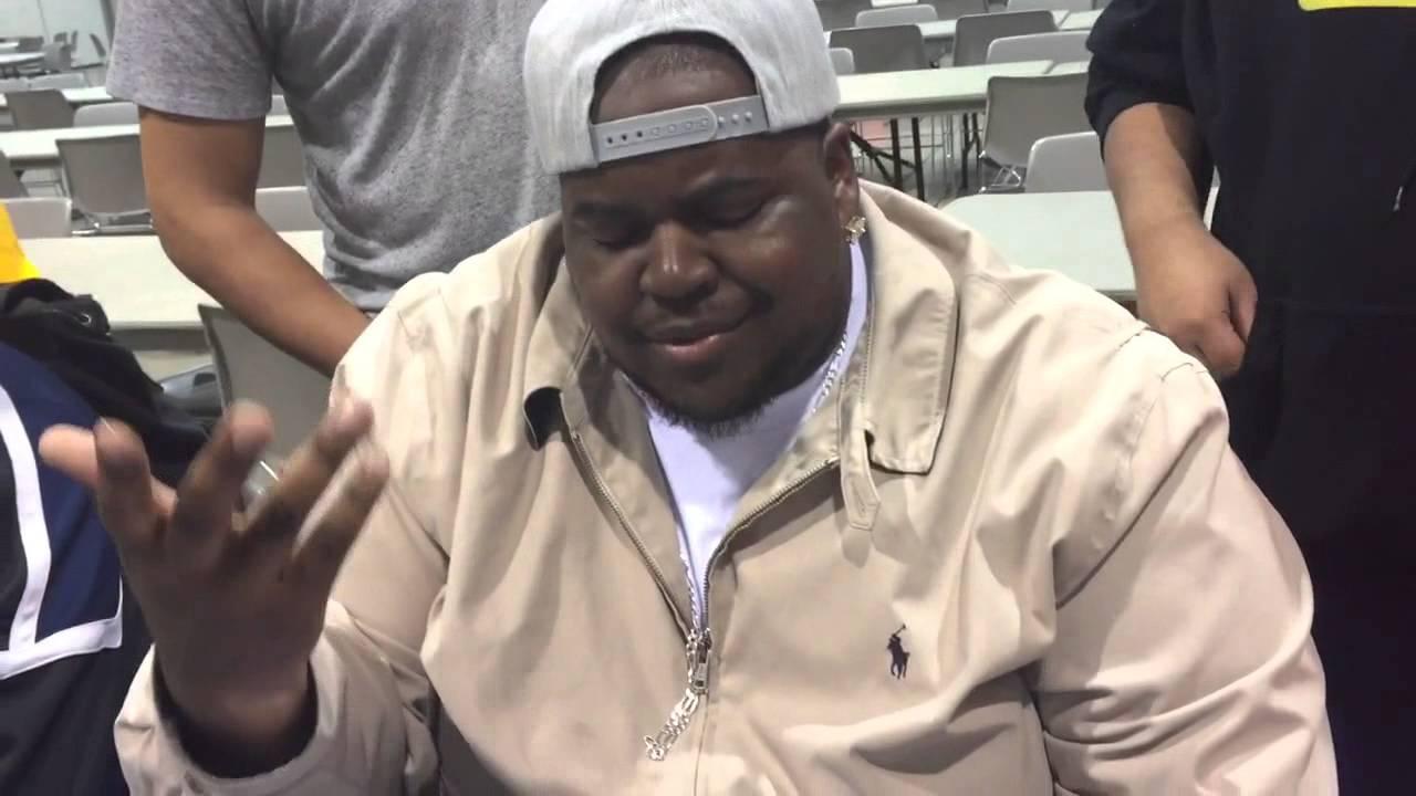 意外すぎて笑える!賭けポーカーをやっているようにしか見えないコワそうな黒人の手元にあったものとは!?