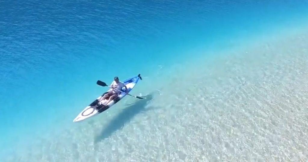 カヤックが浮いているようにしか見えない!トルコの海の透明度に衝撃!!