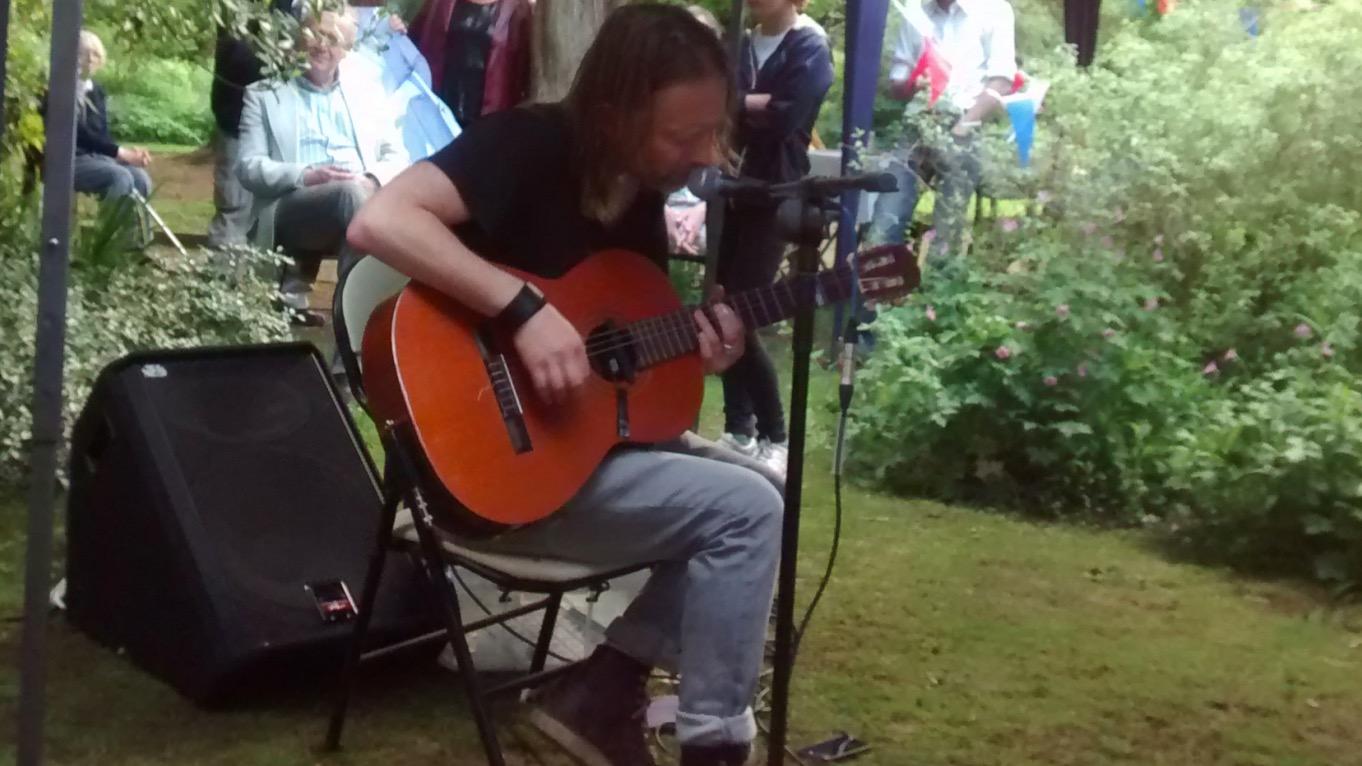 トム・ヨークが隣人宅のパーティに飛び入り参加!アコギ弾き語りでレディオヘッドの曲を演奏!!