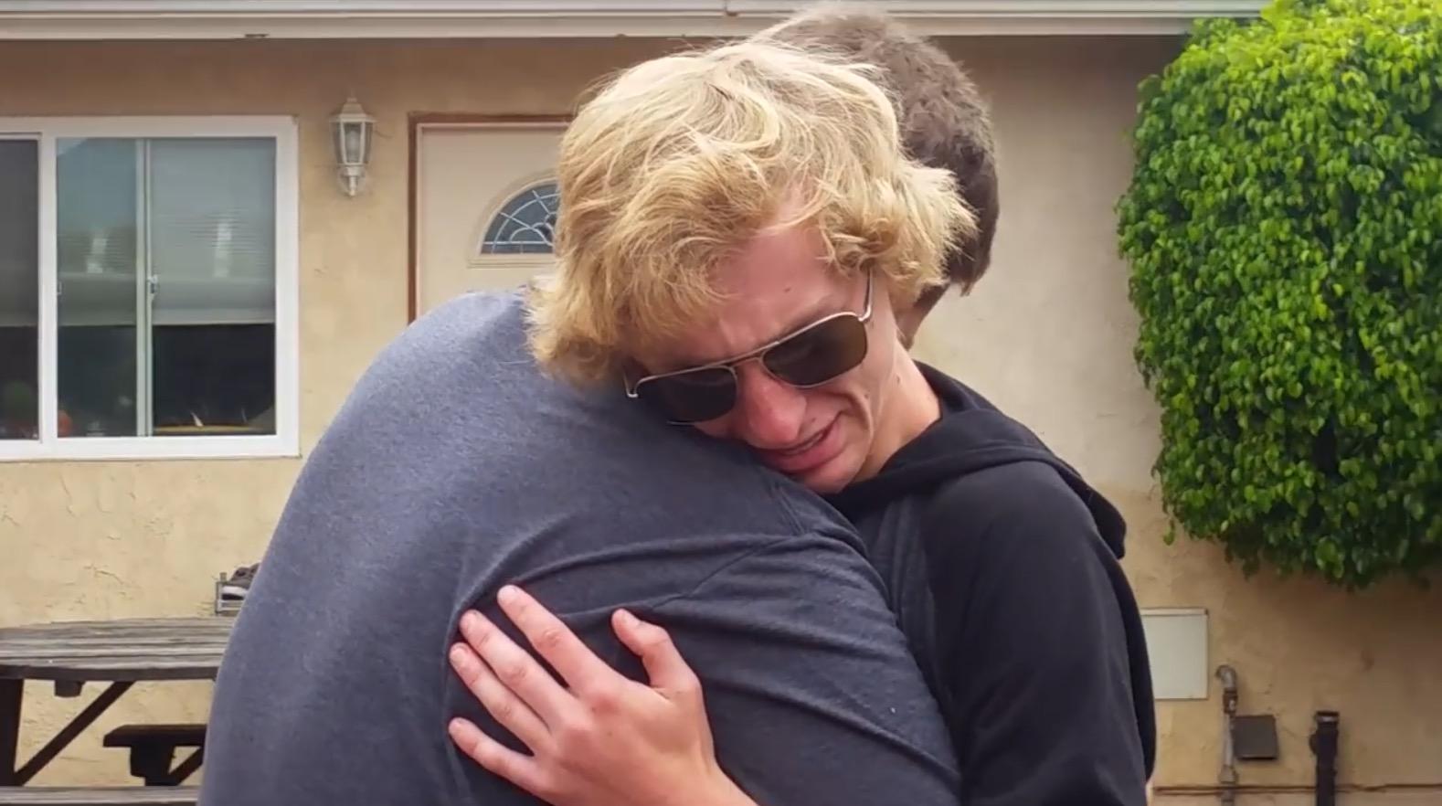 【感動】色盲だった2人の兄弟。初めて見た色ある世界に言葉を失う。。