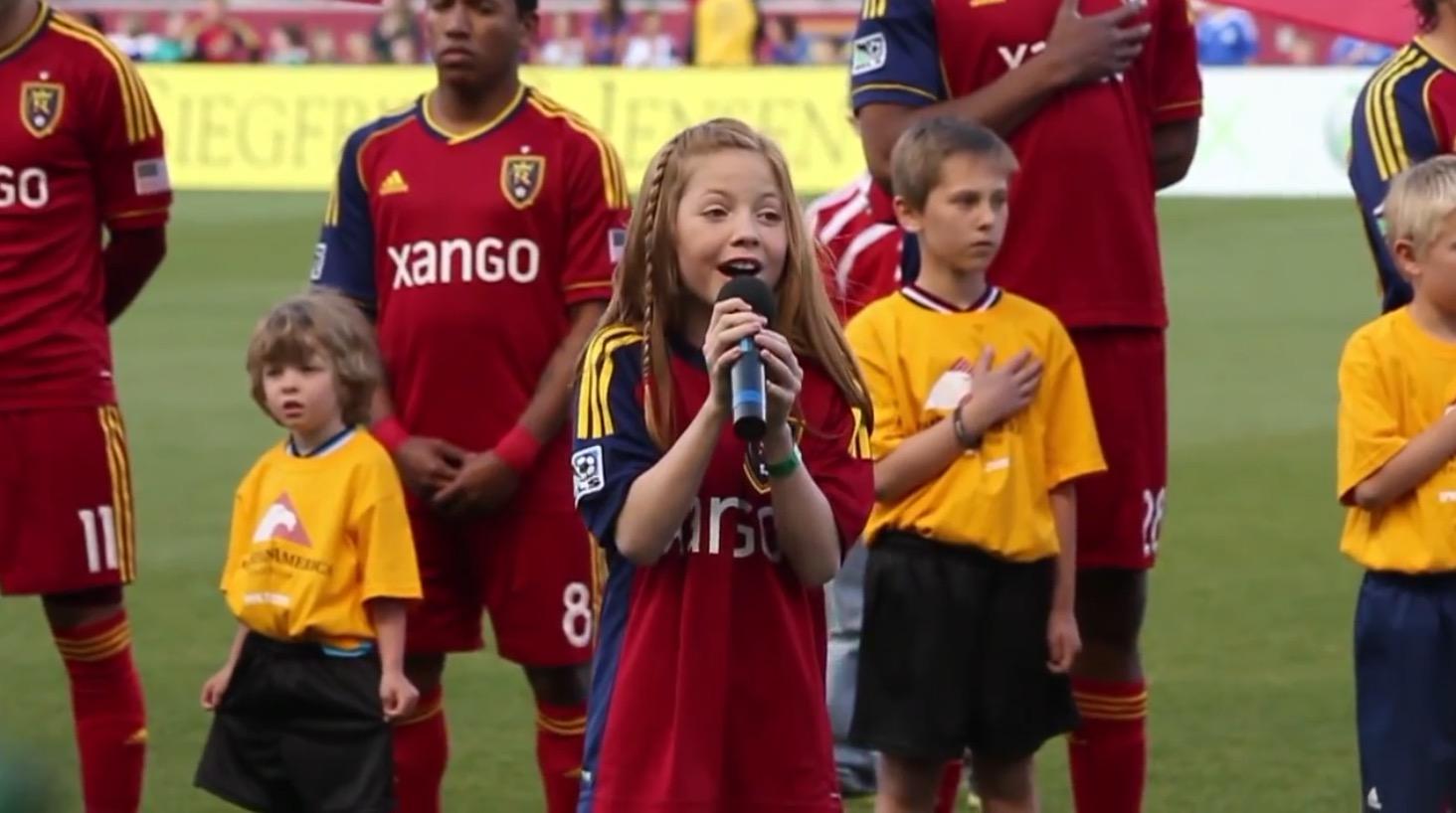 【鳥肌】アメリカサッカーの試合で国歌斉唱する11歳の女の子の歌唱力が凄い!!