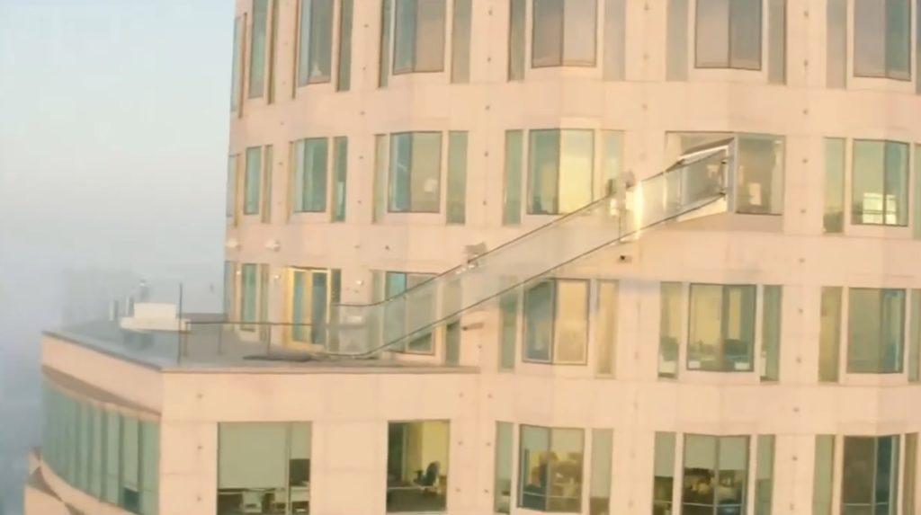 地上300メートルに全面ガラス張りの空中すべり台が完成!!