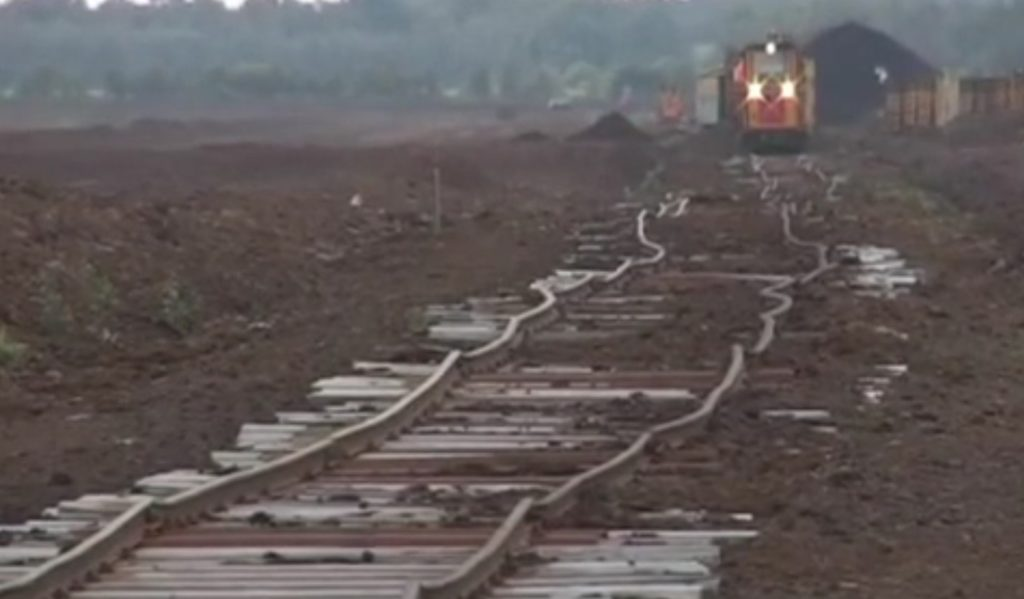 いくらなんでもヘロヘロすぎな線路。廃線かと思ったら。。