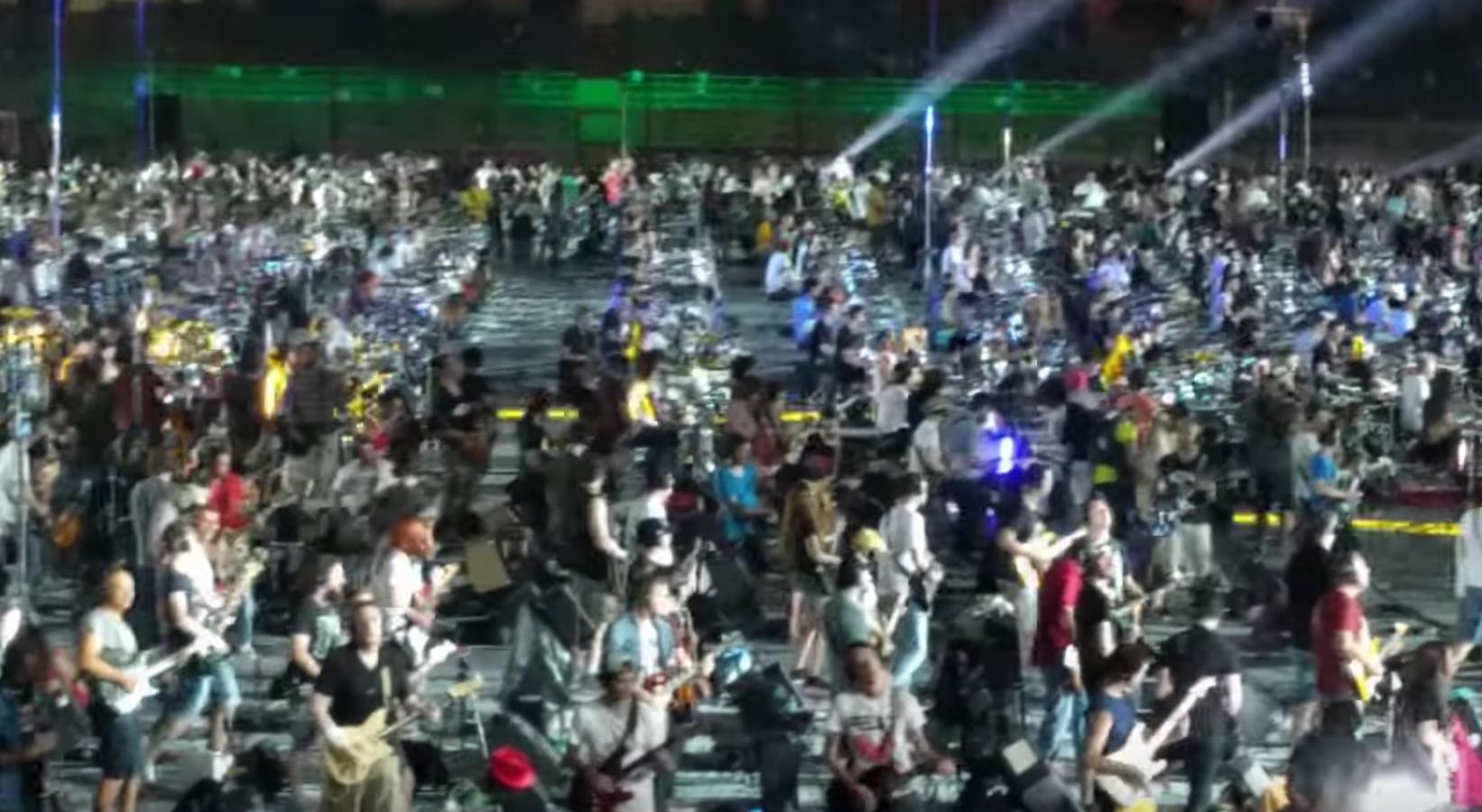 すげー!1200人のミュージシャンがニルヴァーナの名曲「Smells Like Teen Spirit」を一緒に演奏!!