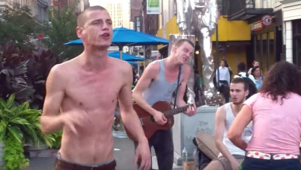 ただの酔っ払い風の半裸の男性。しかし彼が歌い始めると空気は一変!拍手喝采のラストに!!