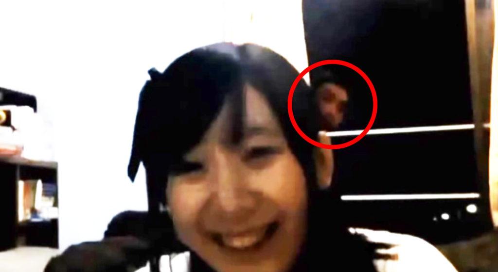 【恐怖】アイドルが自室でライブ配信中に、後ろに映ってはいけないものが、、