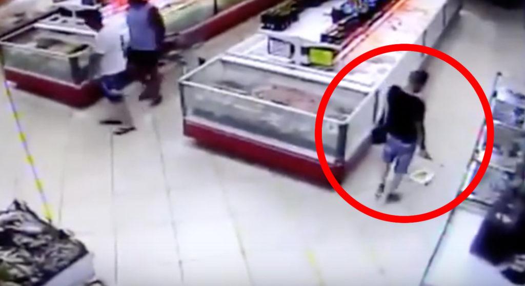 スーパーで買い物していたら生きた魚が、、!監視カメラに映った奇跡的瞬間!!
