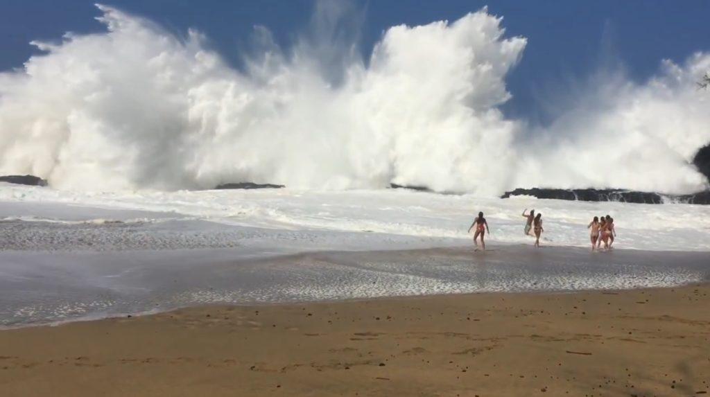 大波がうねる危険すぎる場所で海水浴する少女たち。予想以上の大波に、、