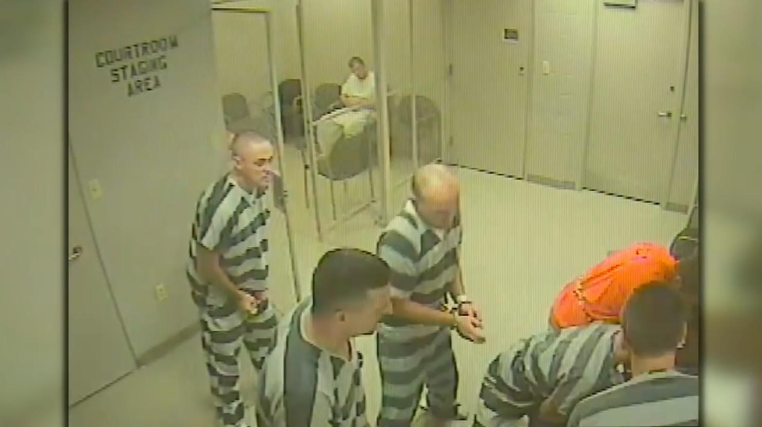 看守が心臓発作に!囚人たちはフェンスを壊し、看守の命を救った!!
