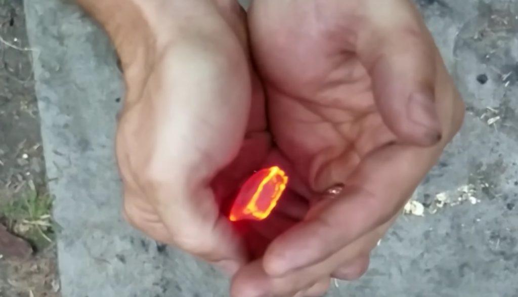 真っ赤に燃えた炭を「素手で」持つ方法!こんなので本当に熱くないの?!