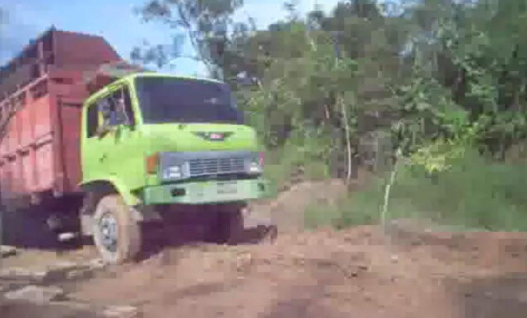 コントかよ、、予想外すぎる壊れ方をしたトラック!!