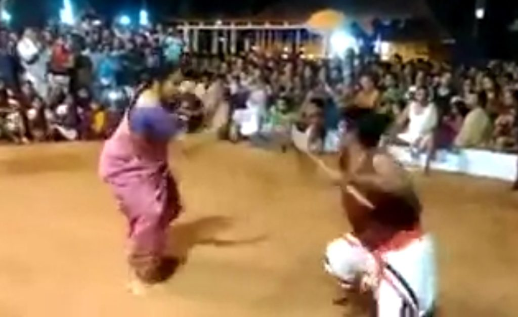 76歳の女性のインド古武術がスゴい!キレッキレの動きに観客も大熱狂!!