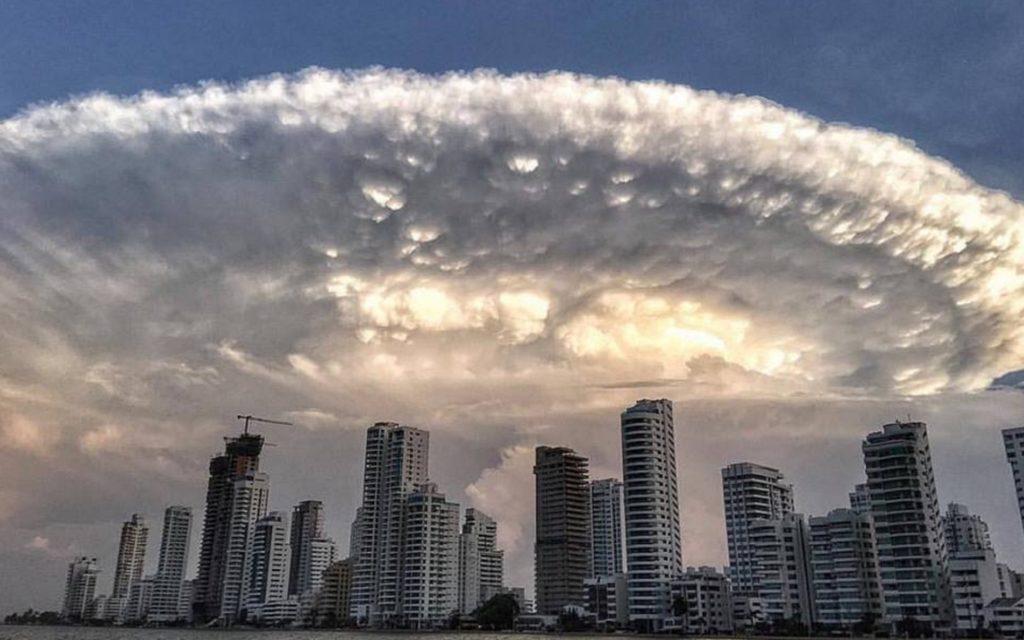コロンビアで「インディペンデンス・デイ」の母艦のような巨大な積乱雲が現れ話題に!!