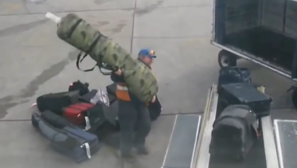 マジか、、世界各地の空港での搬入作業がテキトーすぎる。。むしろこれが世界標準?