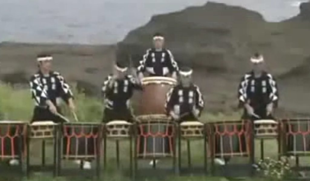 【神業】これが日本の神業ドラミング!残像しか見えない速さで完全にシンクロ!鳥肌モノの和太鼓演奏!!