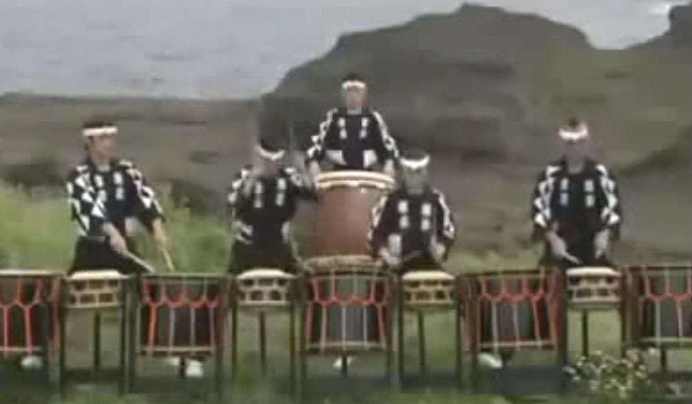 【神技】これが日本の神技ドラミング!残像しか見えない速さで完全にシンクロ!鳥肌モノの和太鼓演奏!!