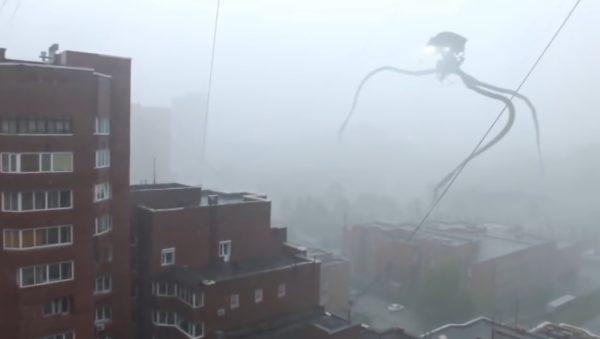 【ロシア】霧に包まれた市街地に巨大エイリアンが襲来?!