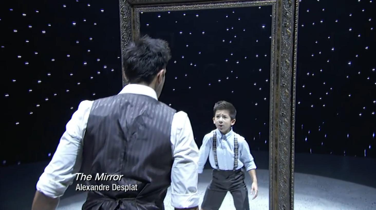 なぜか涙が。。人生の目的を失った男性が、鏡に映った少年時代の「自分」と再会するコンテンポラリーダンスに鳥肌!!