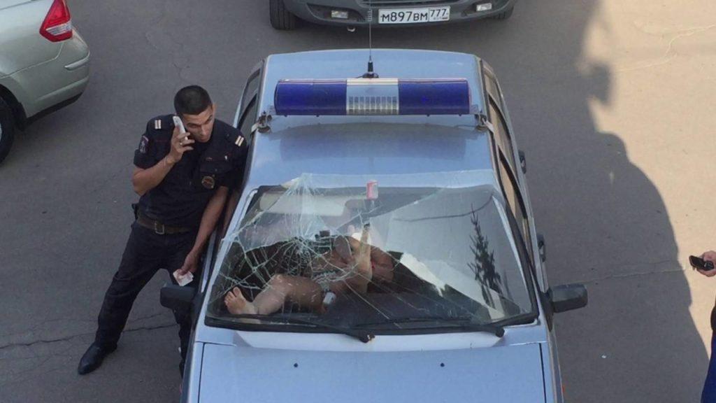 【おそロシア】なんという怪力!パトカーに拘束されていた女性が、力ずくでフロントガラスを撃破!!