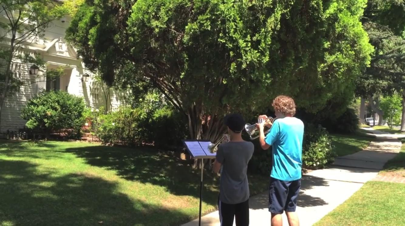 【神対応】「スター・ウォーズのテーマ」作曲者の自宅前で演奏した少年たちに素敵なことが!!