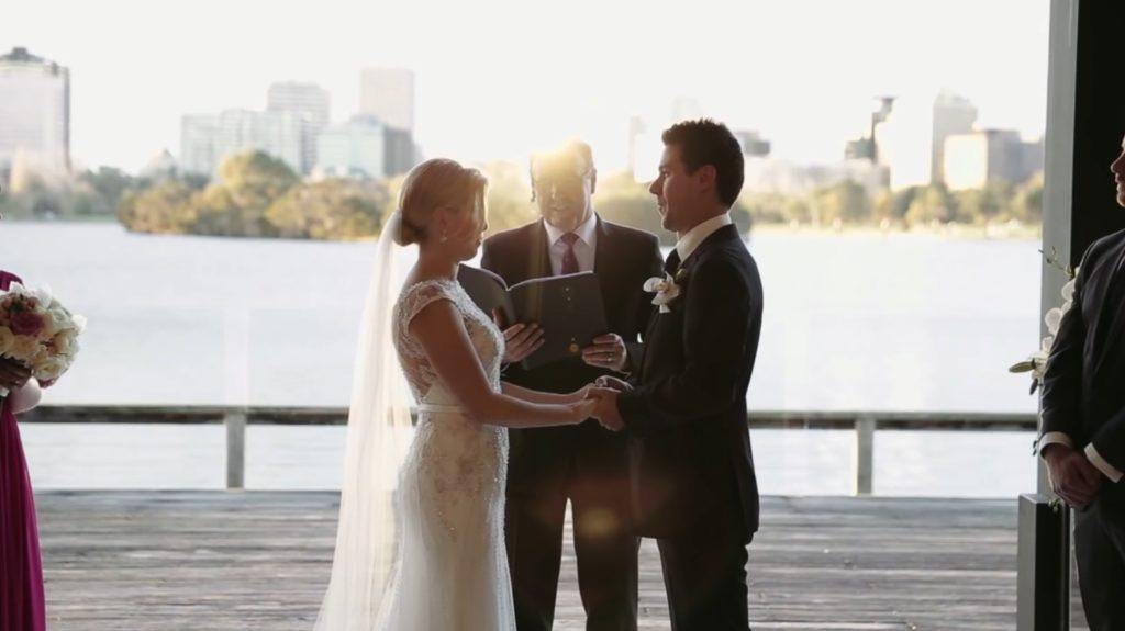 癒されるw 結婚式で誓いの言葉を交わす場面で子供の面白ハプニングwwwwwww