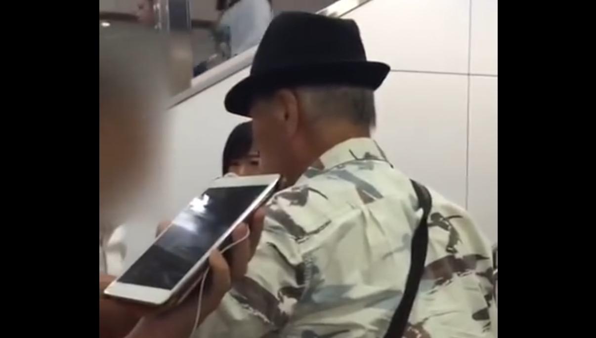 駅で絡まれた女性を助けたおじいさんがカッコイイと話題に。しかし真実は全然違った?!