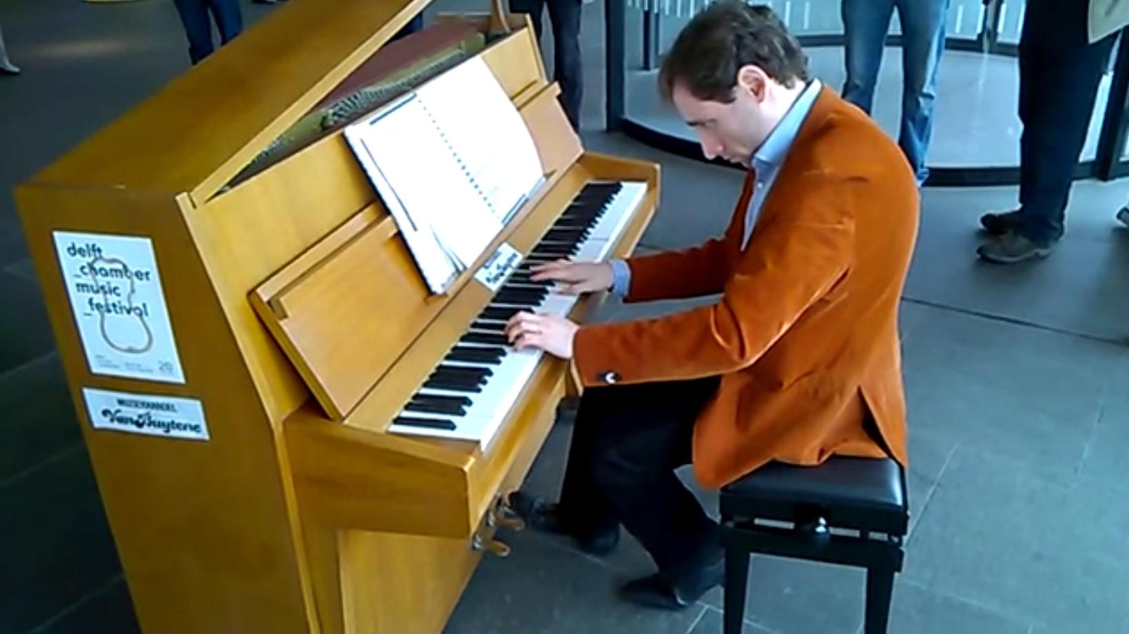 遅延で暇になった国際的ピアニストが、その場にあったピアノで演奏!拍手喝采のラストに!!