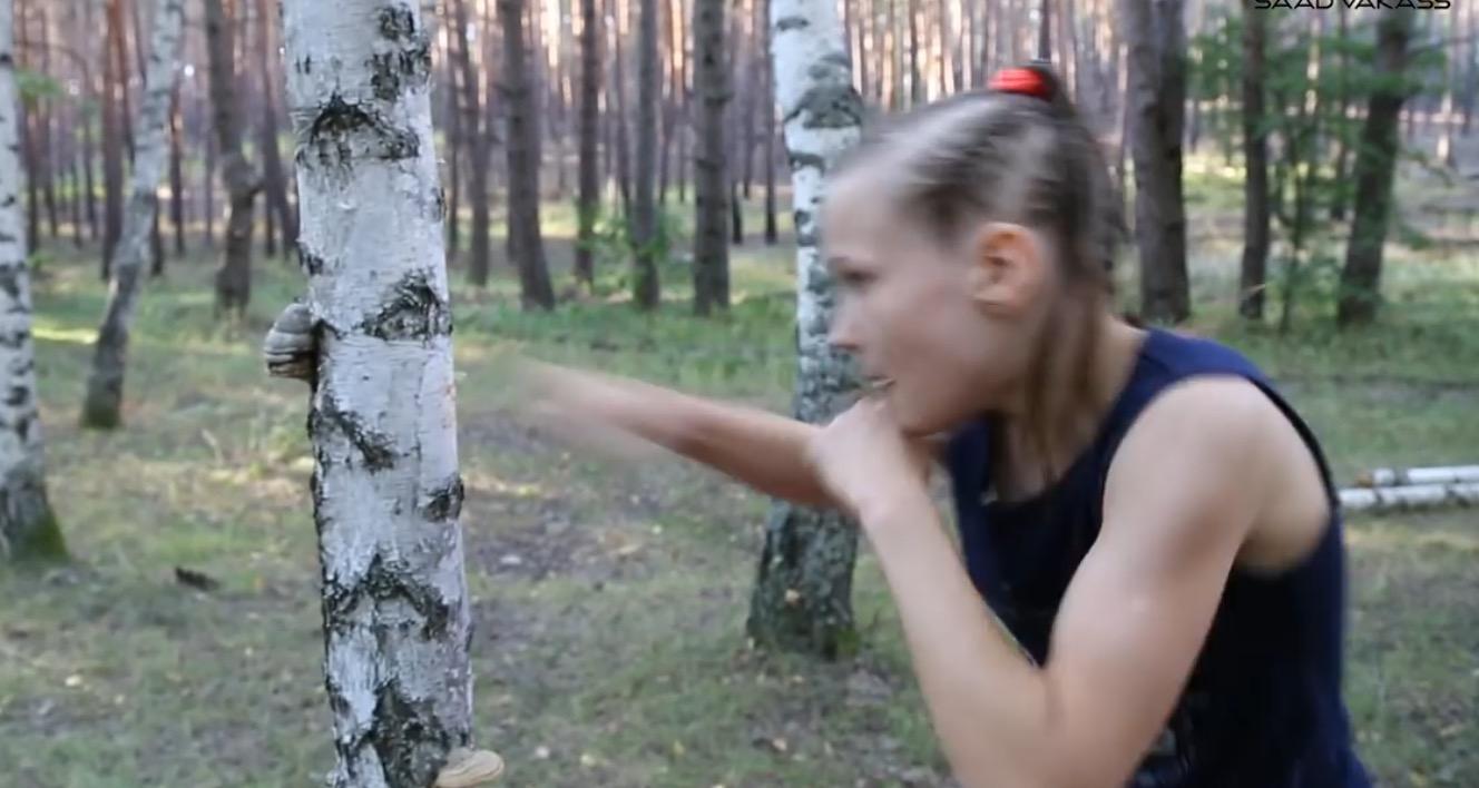 ボクシング少女が超速パンチで木を破壊!大人でも勝てる気がしないww