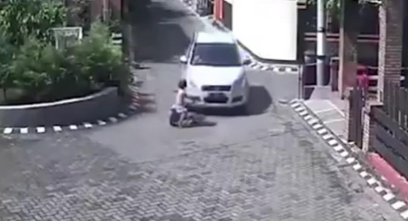 【衝撃映像】車に轢かれた少女が何事も無かったように歩き出し話題に!奇跡的に助かった理由とは?!