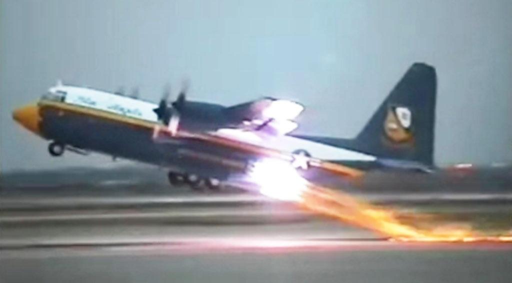 普通のプロペラ機と思いきや、突然火を吹き、想像を超えた角度で離陸していった!!