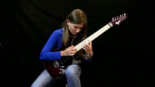 天才ギター少女がベートーヴェンの曲をメタル調で爆弾き!あまりのテクニックに鳥肌!!