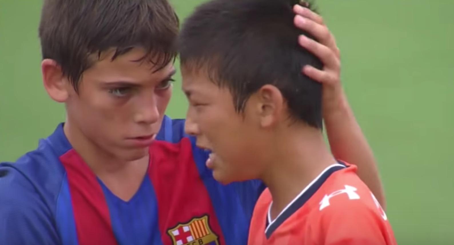 【U-12】敗北の悔しさに涙する日本選手たち。それを見たバルセロナ選手たちのスポーツマンシップが素晴らしいと話題に!!