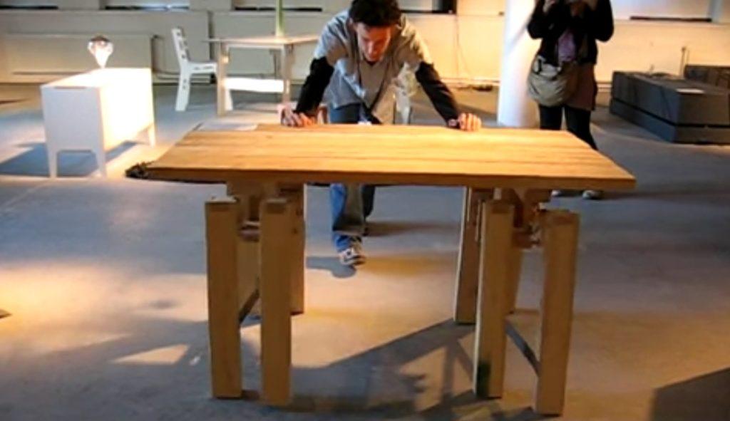オランダ人学生が作った「歩くテーブル」が凄い!重いのに簡単に移動できてナイス!!