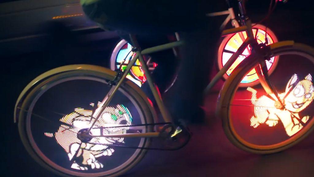 自転車の車輪に取り付けるだけで、カラフルな液晶ディスプレイになるガジェットが凄い!!