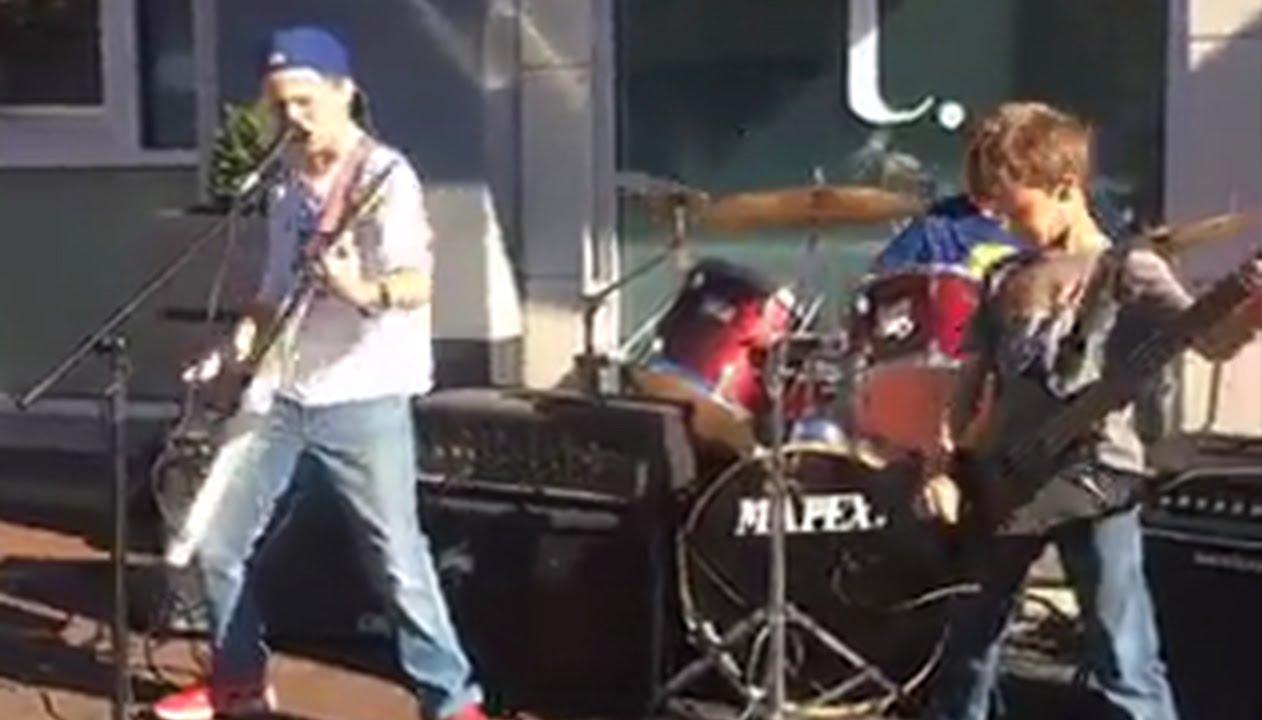 路上でメタリカのメドレーを演奏する子供たちが可愛カッコイイ!!