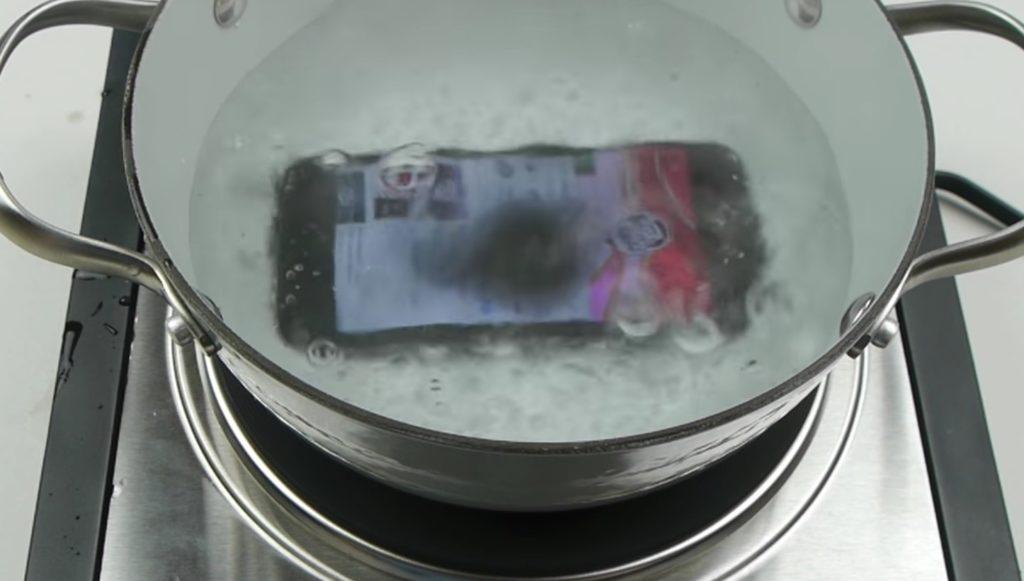 iPhone7は沸騰したお湯の中で煮ても壊れない!?予想以上の耐久性に驚き!!