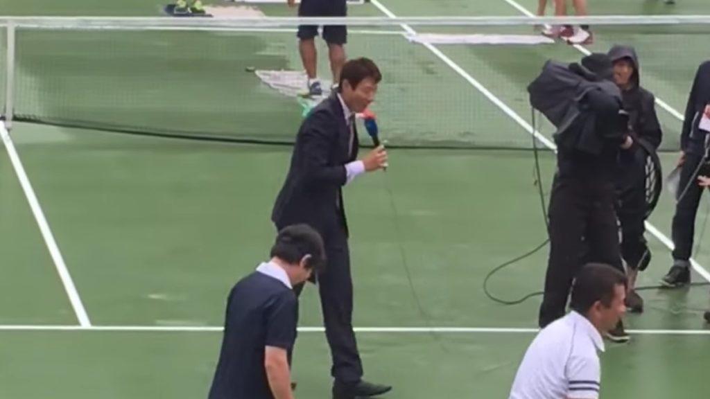 【神対応】松岡修造、雨で試合開始遅れた会場で、75分ものフリートークで場をつなぎ観客沸かす!!