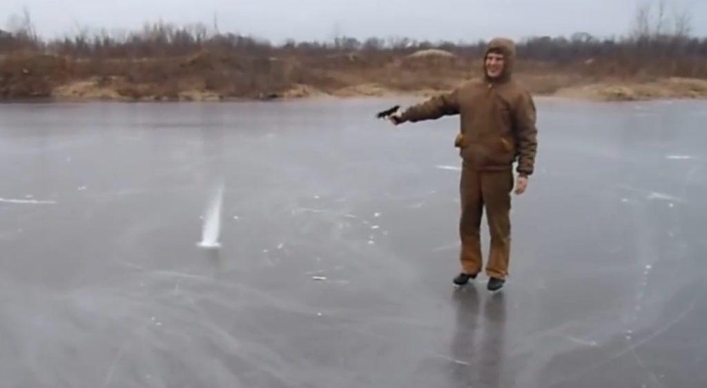 凍った湖に銃を撃ってみたら、予想外の不思議な現象が!!