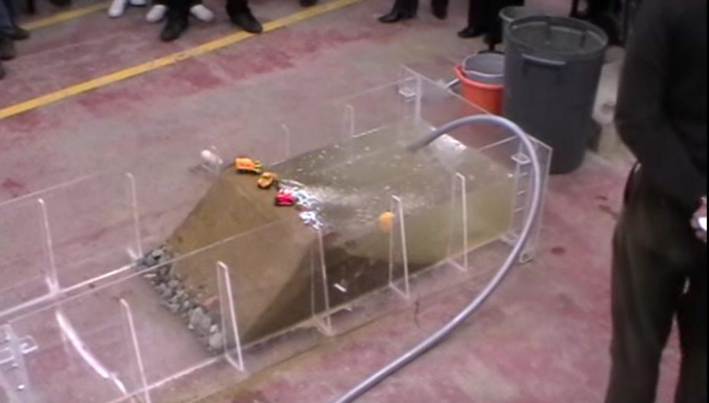 堤防決壊の原理がよく分かるデモンストレーション。壊れる時は一瞬、、
