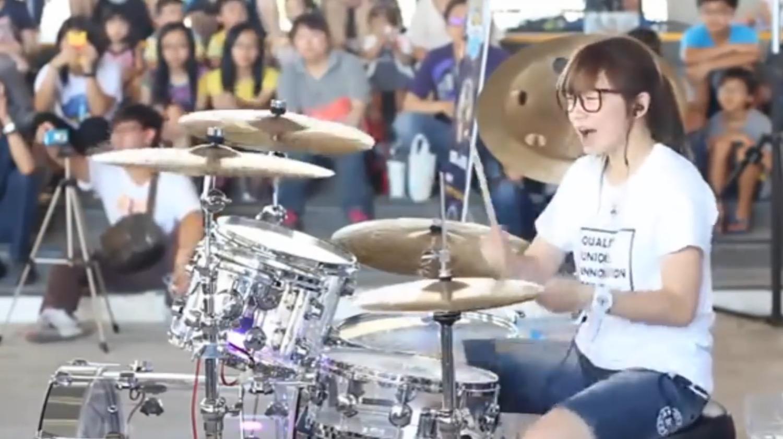 【神業】凄いスティックさばきで、超楽しそうにドラムを叩く少女が世界で話題に!!