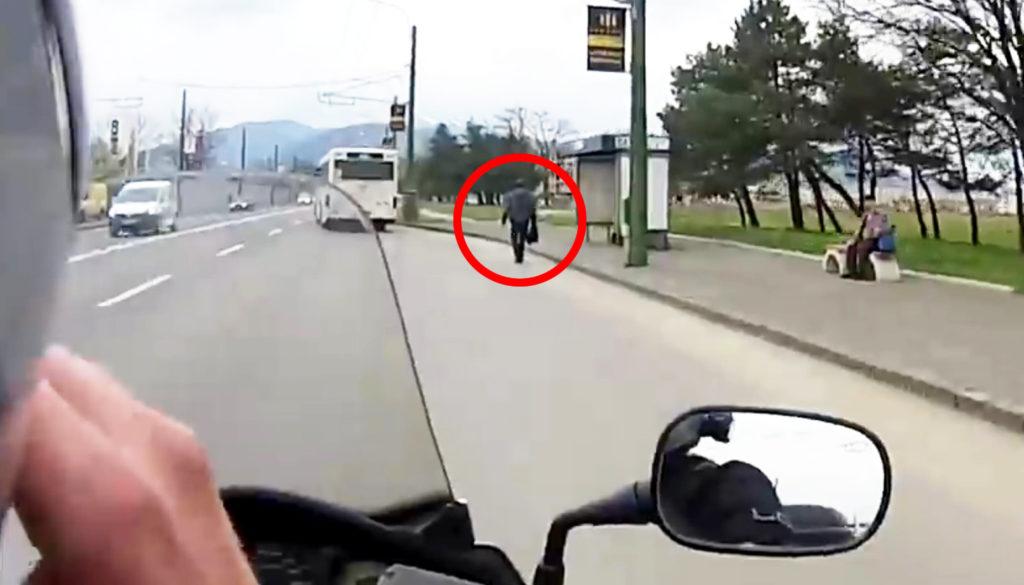 バスに乗り遅れ落胆する男性。それを見たライダーのイケメンすぎる行動に感動!!