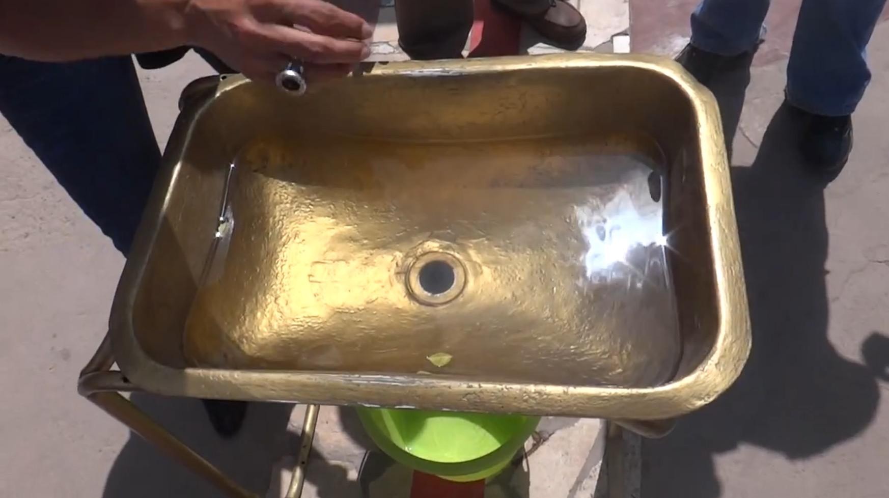【お詫びと訂正】【実験】赤道直下で水を抜いてみた結果、不思議な光景が!しかし、10メートルずれた位置だと、、