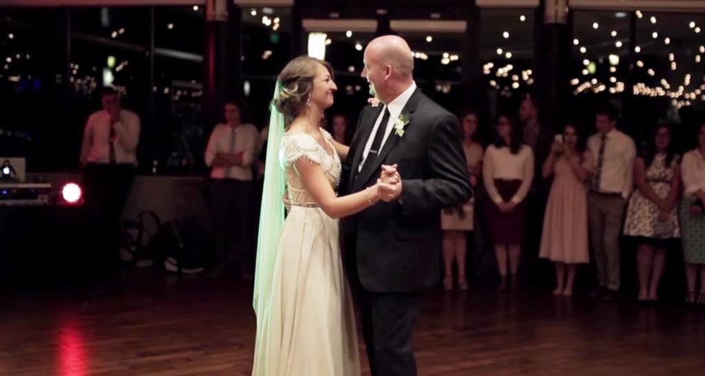 え?!新婦と父のしっとりダンス。しかし突然曲が激しくなって客たちもびっくりの展開に!!