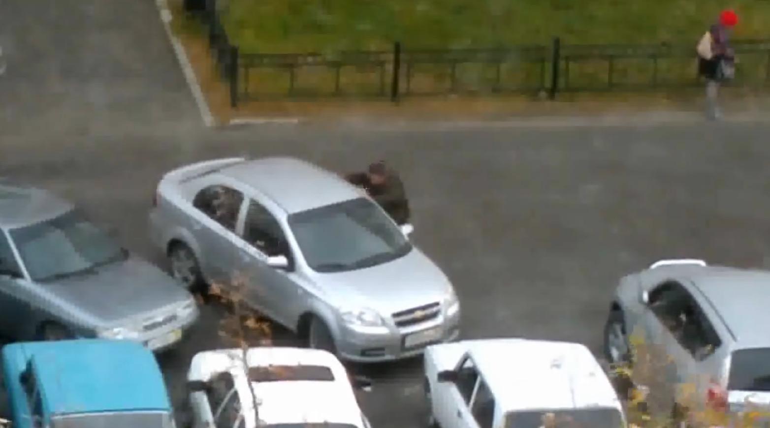 出口が塞がれてる、、迷惑すぎる駐車にブチギレたドライバーが取った方法