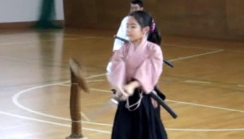 小学生の少女による真剣での「藁斬り」。日本刀重いのに凄い!!