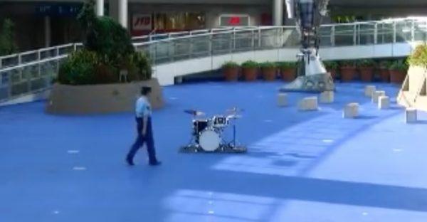 【愛知】広場にドラムを見つけた警察官。注意するのかと思いきや、驚きの展開に!!