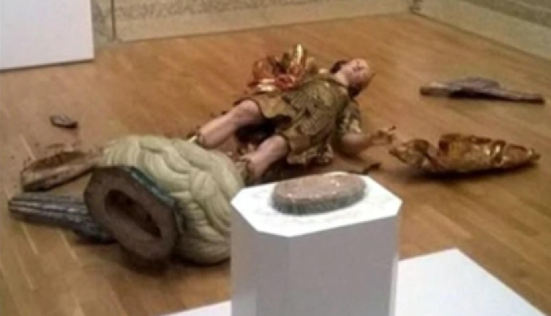 18世紀の「聖ミカエル像」と自撮りしようとして、間違って倒して破壊!!