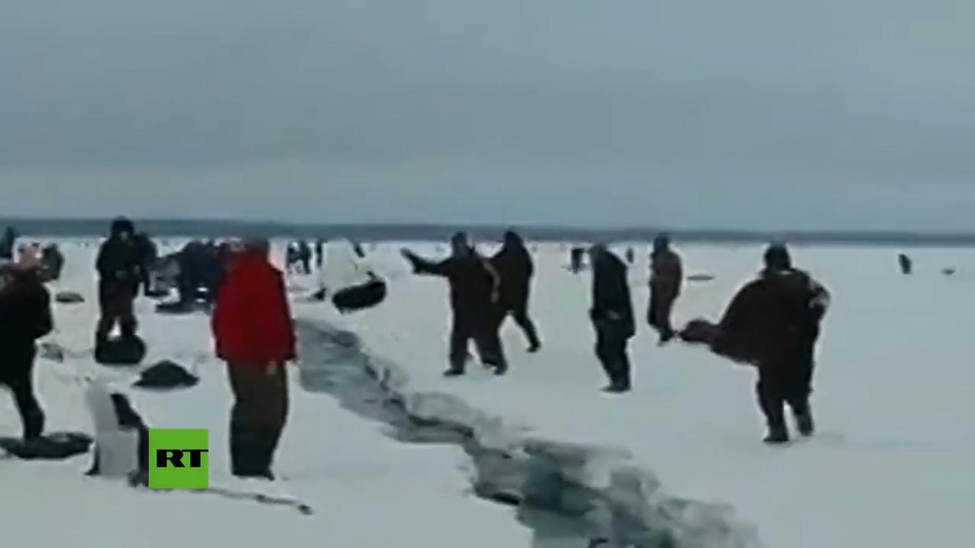 穴釣りをしていたら氷の亀裂がみるみる大きく!取り残された人は?!