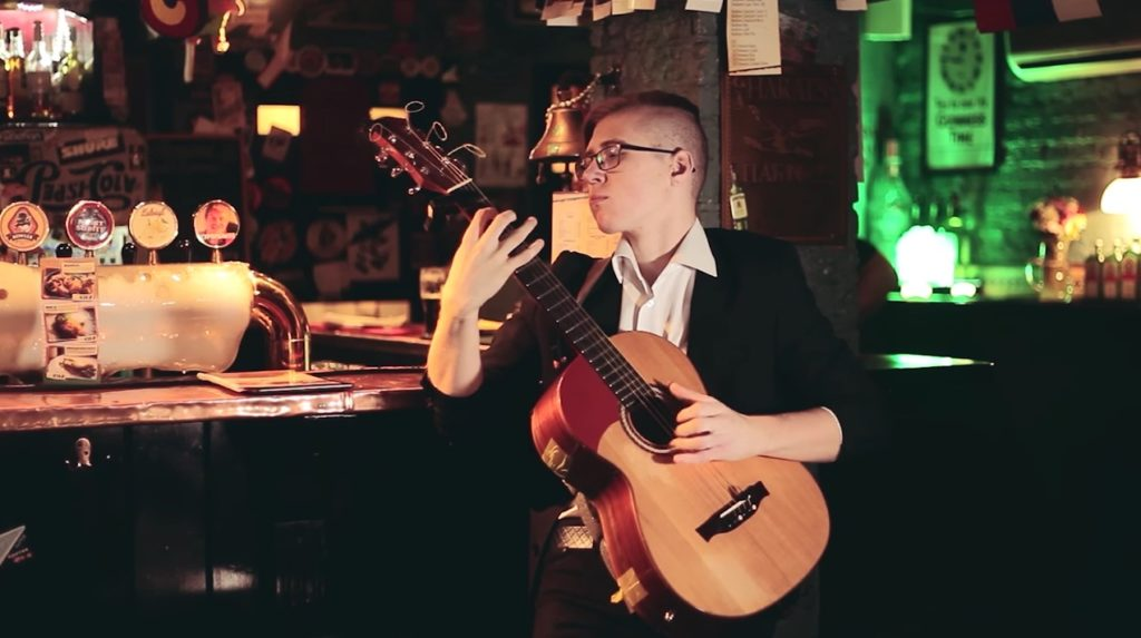 凄い奏法!マイケルの名曲「ビリー・ジーン」をアコギ1本で演奏する18歳の青年が話題に!!