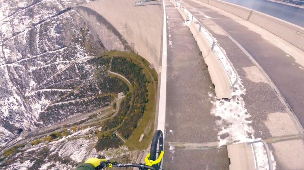 一つのミスで即死亡!高さ200メートルのダムの柵を自転車で走るガクブル映像